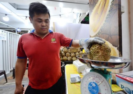 "Tourists Pay RM 540 For ONE Measly 2KG Durian Because Of Stall's ""Pay When You're Done"" Policy - WORLD OF BUZZ 1"