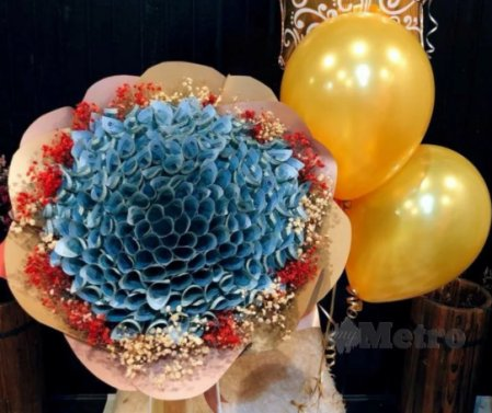 M'sian Parents Gave RM10K Cash Bouquet To Son For Achieving Great UPSR Results! - WORLD OF BUZZ 1