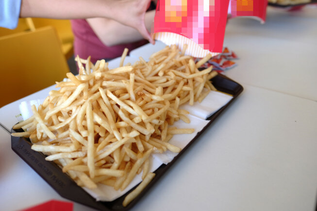 Ex-Staff From M'sia Fast Food Outlet Says That We Should Never Pour & Eat Fries Directly From The Tray - WORLD OF BUZZ