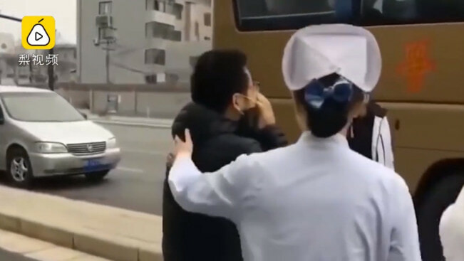 """I Love You!"" Man Breaks Down & Cries As Nurse Wife Boards Bus to Help Fight Wuhan Virus - WORLD OF BUZZ 4"