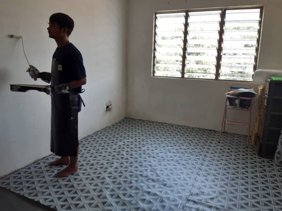 Kind Malay Man Cleans Up Poor Chinese Family's Apartment So They Can Celebrate CNY - WORLD OF BUZZ 2