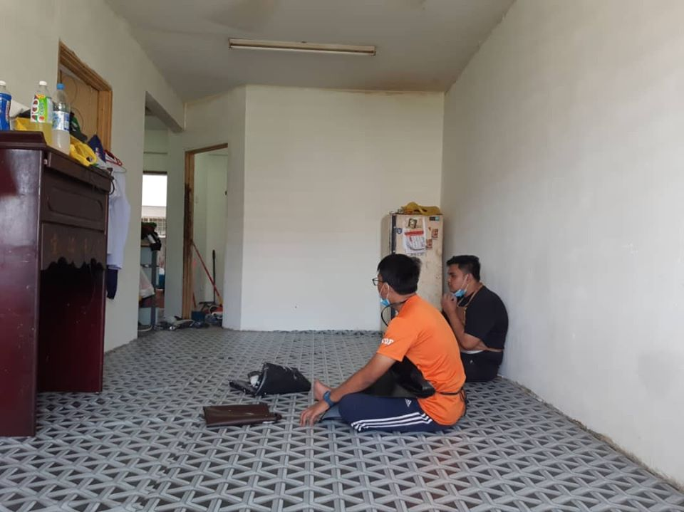 Kind Malay Man Cleans Up Poor Chinese Family's Apartment So They Can Celebrate CNY - WORLD OF BUZZ 3