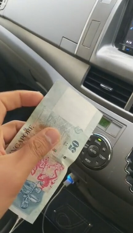 Kind Man Gives RM150 Angpow to Aunty Picking Rubbish During CNY, Asks Her to Go Home & Rest - WORLD OF BUZZ 1
