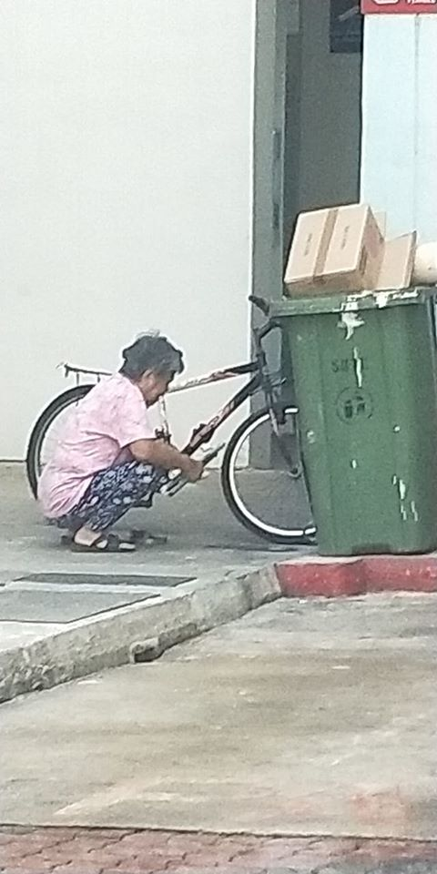 Kind Man Gives RM150 Angpow to Aunty Picking Rubbish During CNY, Asks Her to Go Home & Rest - WORLD OF BUZZ