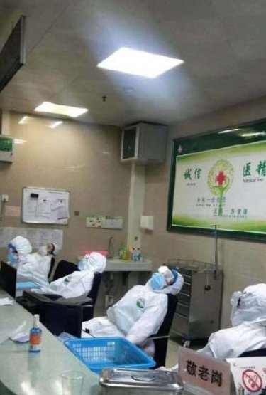Medical Staff Exhausted From Treating Wuhan Patients Sleep On Hospital Floors & Chairs - WORLD OF BUZZ 4