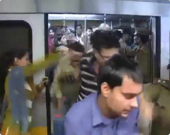 Men Travelling In Ladies-Only Train Coach Punished with Tight Slaps By Police Officers - WORLD OF BUZZ 1