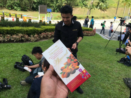 King & Queen Gives Out KFC to Famished Media Personnels Outside of Istana Negara - WORLD OF BUZZ 1