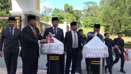 King & Queen Gives Out KFC to Famished Media Personnels Outside of Istana Negara - WORLD OF BUZZ 3