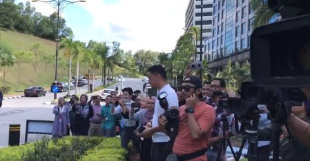 King & Queen Gives Out KFC to Famished Media Personnels Outside of Istana Negara - WORLD OF BUZZ