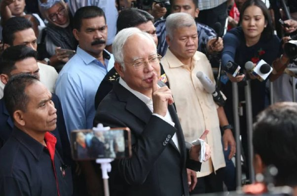 Najib Demands That Parliament Be Dissolved Immediately & We Wonder Why... - WORLD OF BUZZ 1