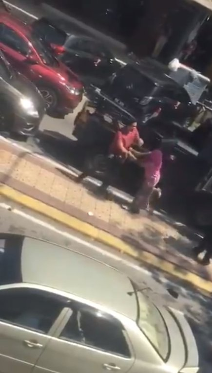 Watch: M'sian Woman Loses Her Sh*t, Screams & Spits At Men Trying To Tow Her Car In Sg Buloh - WORLD OF BUZZ 3