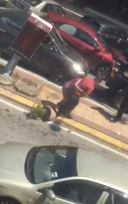 Watch: M'sian Woman Loses Her Sh*t, Screams & Spits At Men Trying To Tow Her Car In Sg Buloh - WORLD OF BUZZ 4