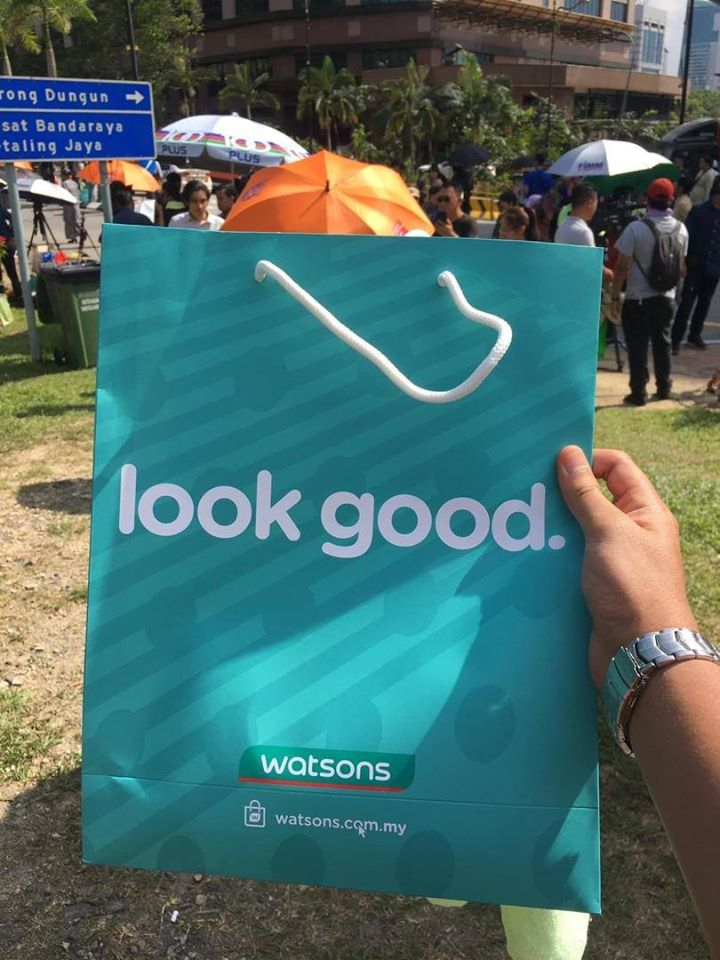 Xiaomi Powerbanks, New Clothes, Milo; Here's All The Free Stuff Media Got At Istana Negara Yesterday - WORLD OF BUZZ 2