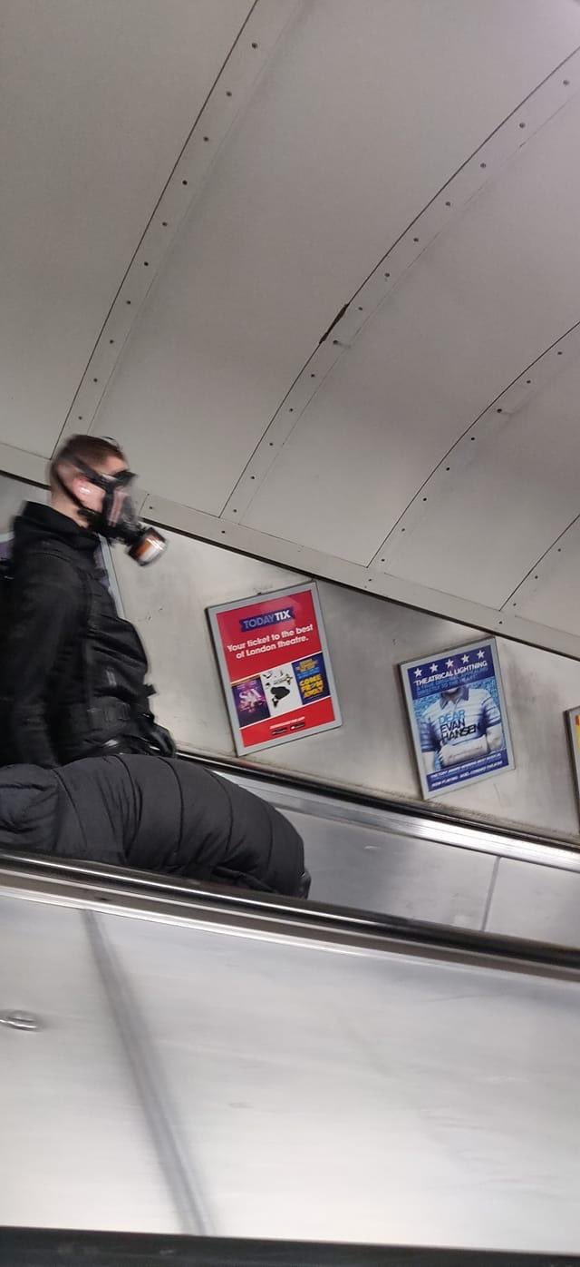 Hilarious Photos Shows Creative Ways Londoners Use to Avoid Being Infected with Covid-19 - WORLD OF BUZZ 7