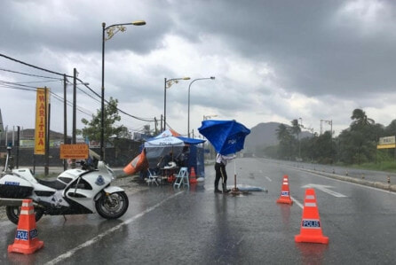 Rain Or Shine, PDRM Officers Choose To Maintain Their Post Instead Of Celebrating Police Day - WORLD OF BUZZ 1