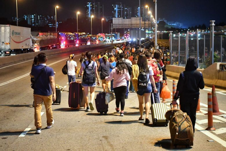 Malaysians with Singapore Work Permit Allowed to Go Home - WORLD OF BUZZ 1