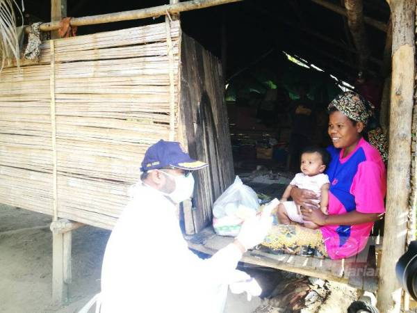 MCO: Orang Asli Families Move To The Jungle From Lack Of Food, Parliament Member Steps In To Help - WORLD OF BUZZ 4
