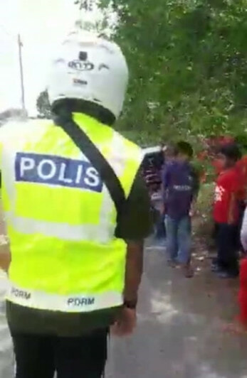 Watch: M'sian Police Scold Kids For Disobeying MCO, Helps Them By Buying Their Products - WORLD OF BUZZ